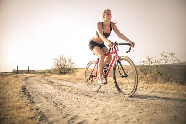 kvinde der cykeltræner